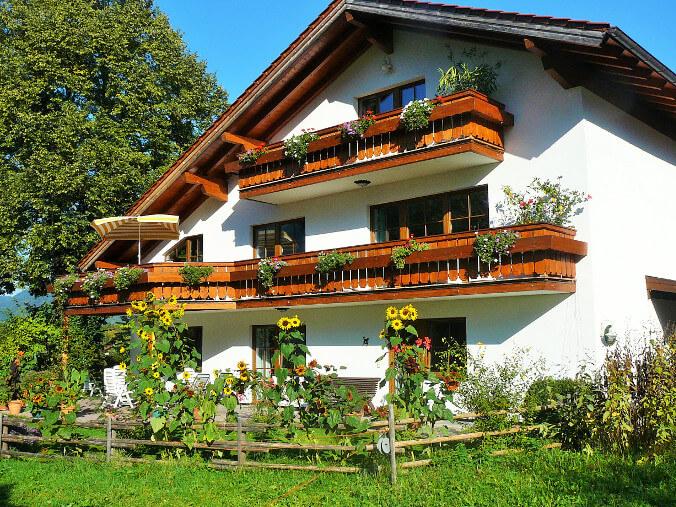 Haus mit Sonnenblumen_676x507